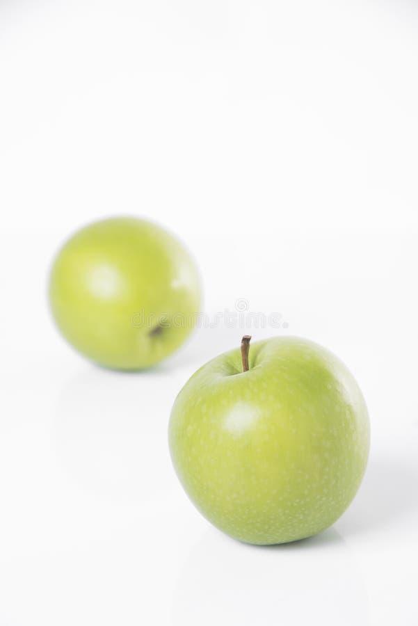 Frischer grüner Apfel der Nahaufnahme lokalisiert auf Weiß lizenzfreie stockfotos