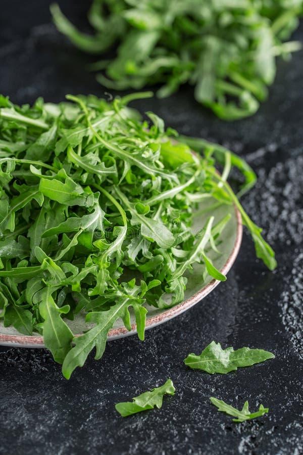 Frischer grüner Arugula in der Schüssel auf Tabelle Arugula rucola für Salat Schließen Sie oben vom neuen grünen gesunden Lebensm stockfotografie