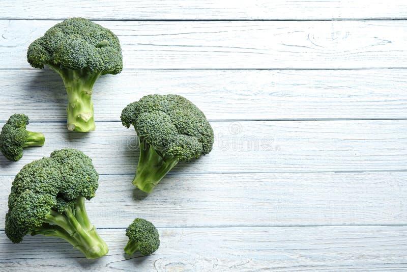 Frischer grüner Brokkoli auf weißem Holztisch, flache Lage lizenzfreie stockbilder