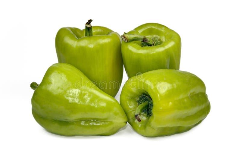 Frischer grüner grüner Pfeffer (spanischer Pfeffer) auf einem weißen Hintergrund stockbilder