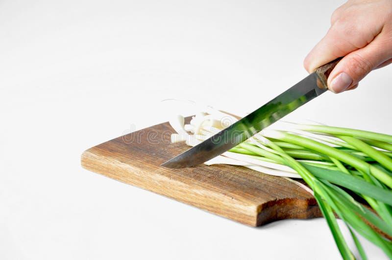Frischer grüner Knoblauch auf dem Brett mit einem Messer lizenzfreies stockfoto
