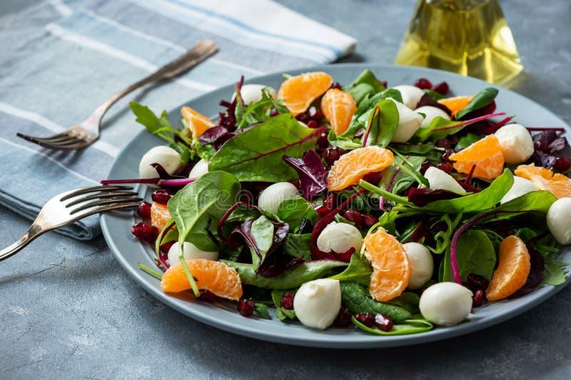 Frischer, grüner Salat mit Mandarinen, Granatkörner und Mozzarella stockfotos
