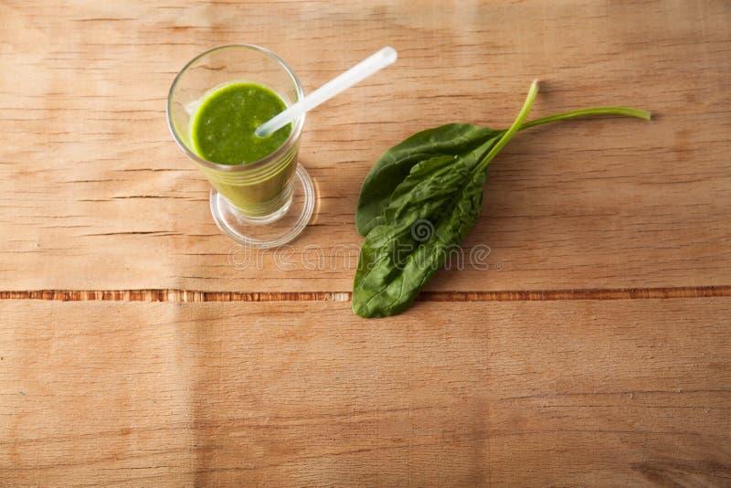 Frischer grüner Spinat mit den Smoothies lokalisiert stockfoto