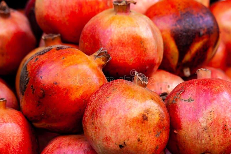 Frischer Granatapfel am Markt lizenzfreies stockfoto