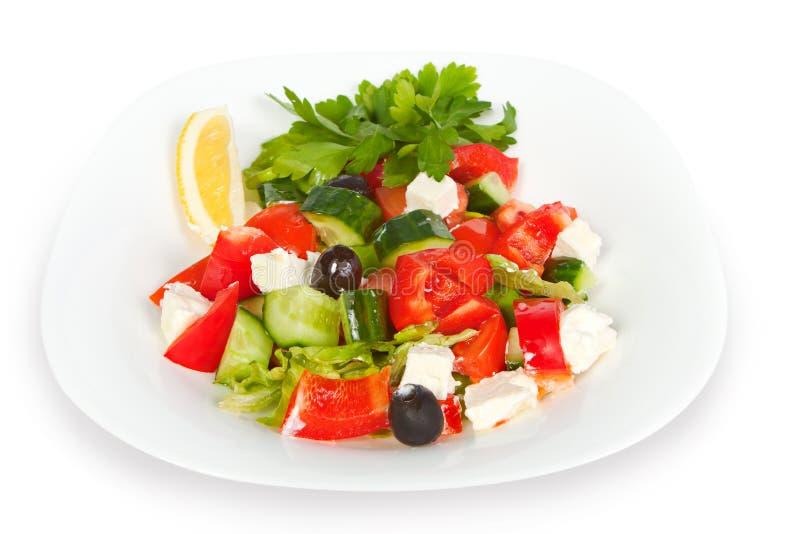 Frischer griechischer Salat in der weißen Schüssel stockfotos