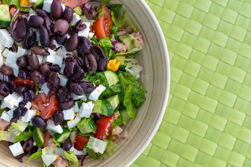 Frischer griechischer Salat mit zusätzlichen eingemachten Thunfischen in der Bambusschüssel Konzept einer gesunden Mahlzeit und d lizenzfreie stockfotos