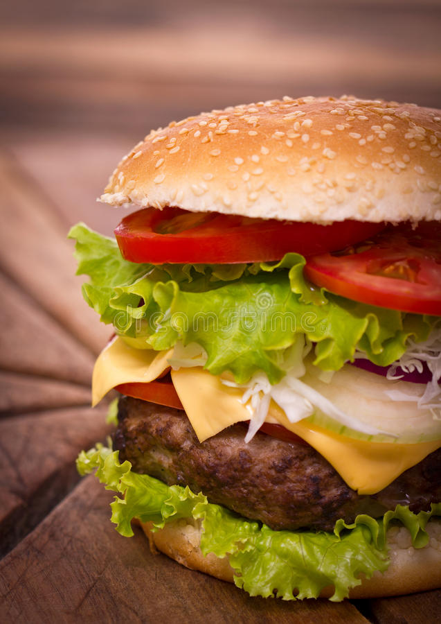 Frischer Hamburger schließen auf dem Tisch oben stockfoto