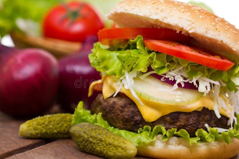 Frischer Hamburger schließen auf dem Tisch oben lizenzfreies stockbild