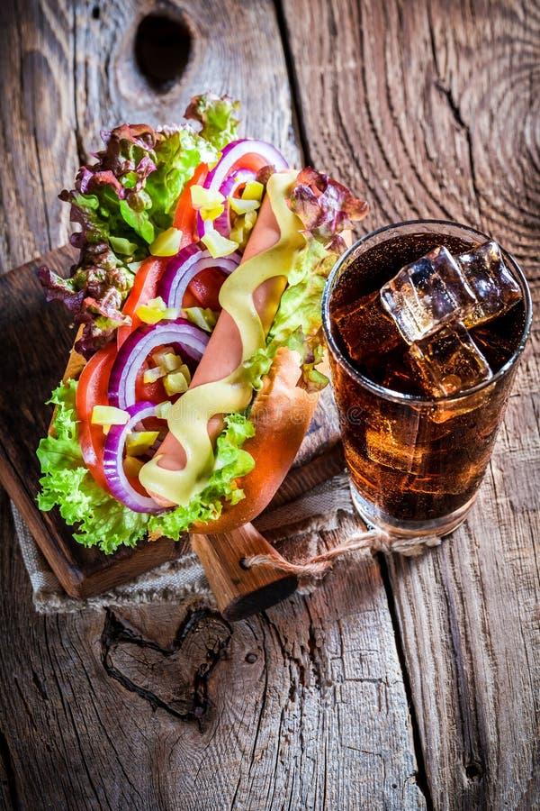 Frischer Hotdog mit kaltem Getränk stockbild