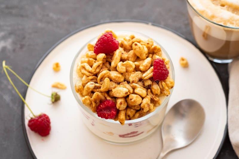 Frischer Jogurt mit rasberries und Kaffee im Klarglas Himbeeren in der weißen Schüssel Gesundes Morgen-Frühstück lizenzfreie stockfotos