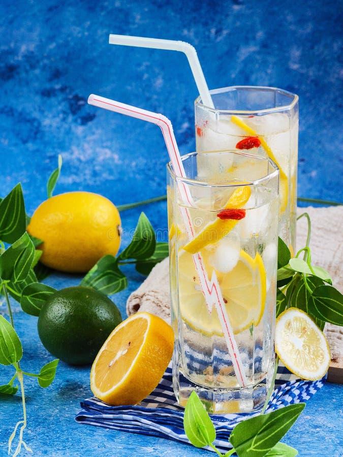 Frischer kühler Zitronensaft für heißen Sommer lizenzfreie stockbilder