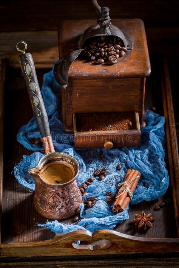 Frischer Kaffee mit Topf kochte Kaffee und Bohnen auf Blau lizenzfreie stockfotografie