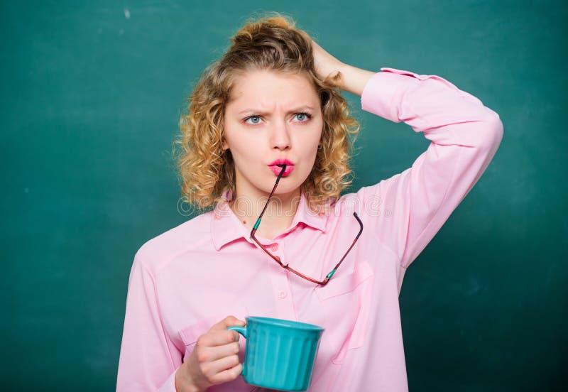 Frischer Kaffee Schullehrerbedarfs-Kaffeepause Guten Morgen Mädchen, das mit Teegetränk erneuert Idee und Inspiration lizenzfreie stockfotografie