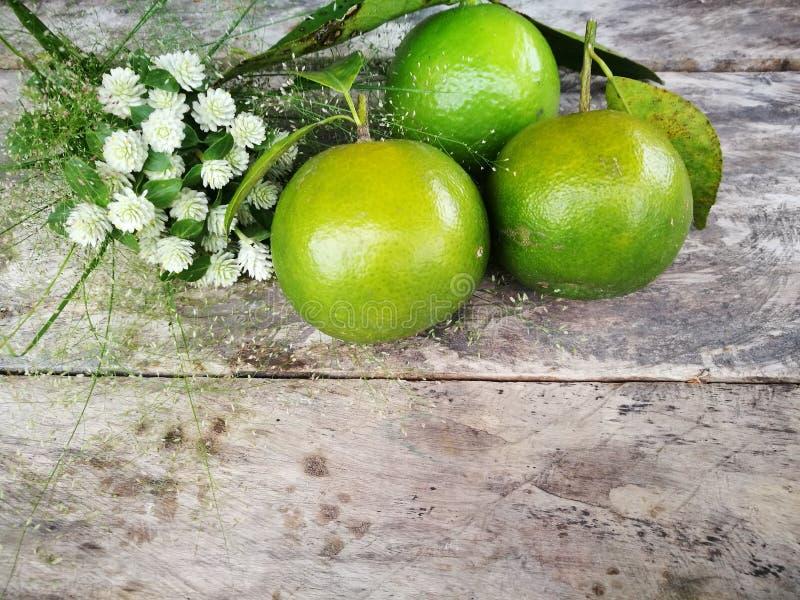 Frischer Kalk, grüne Zitrone und grüne Orange auf lokalisiertem Holztischhintergrund Thailändisches Kraut und Frucht lizenzfreies stockbild