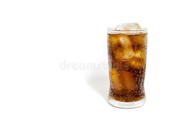 Frischer kalter Kolabaum mit Eis im Glas lokalisiert auf weißem Hintergrund lizenzfreie stockfotografie