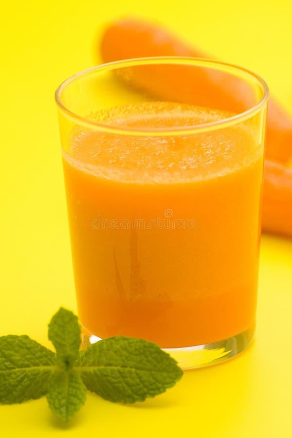 Frischer Karottensaft und Minze stockfotografie