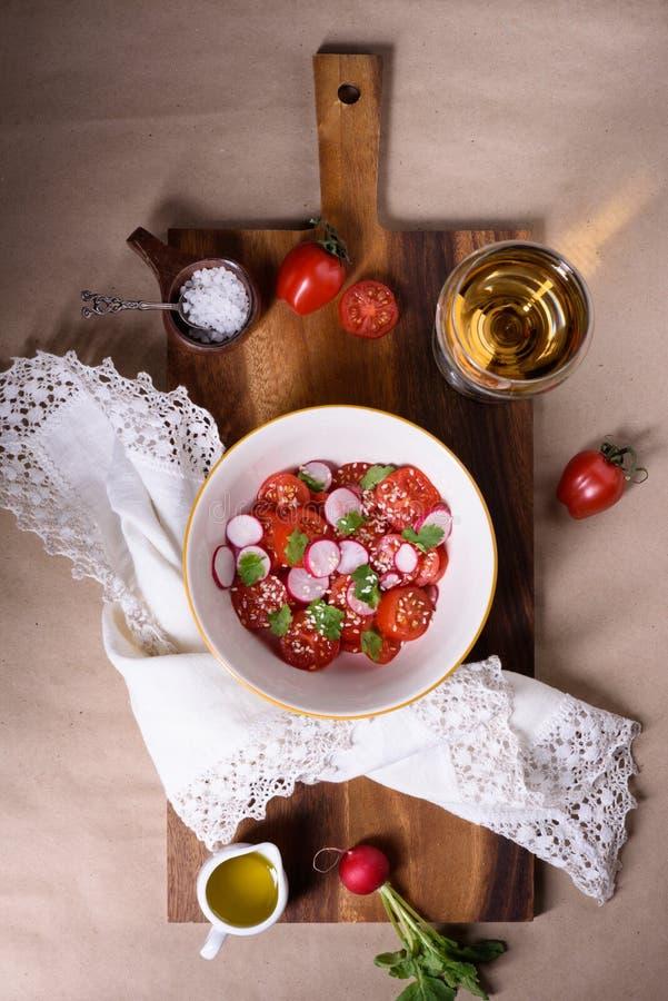 Frischer Kirschtomaten- und -rettichsalat mit Wein Schüssel frischer Mittelmeersalat Beschneidungspfad eingeschlossen stockbilder