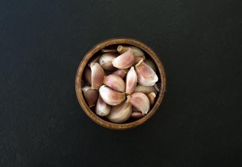 Frischer Knoblauch in einer Schüssel lizenzfreie stockfotos