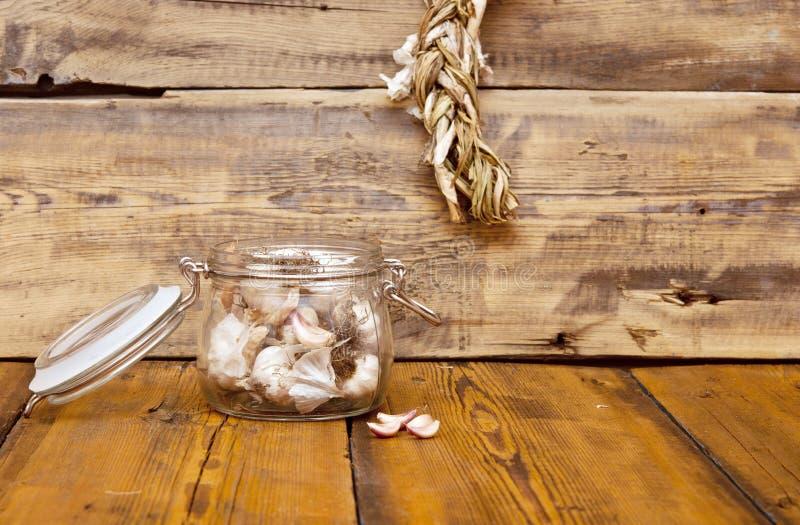 Frischer Knoblauch im Glasgefäß lizenzfreies stockfoto