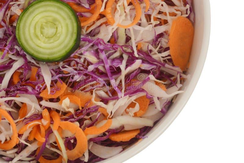 Frischer Kohlsalatsalat gemacht von zerrissenem rotem und Weißkohl und von Karotten stockfotos
