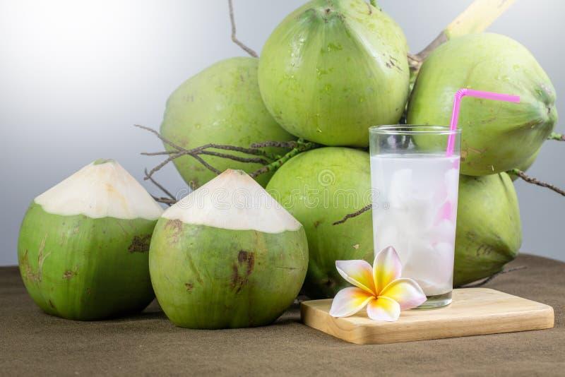 Frischer Kokossaft mit Fleisch und Kokosnüssen stockbild