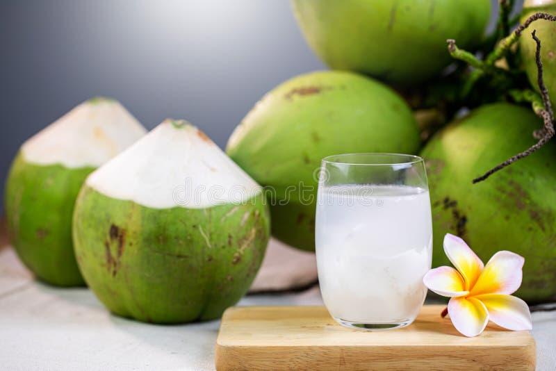 Frischer Kokossaft mit Fleisch und Kokosnüssen lizenzfreies stockfoto