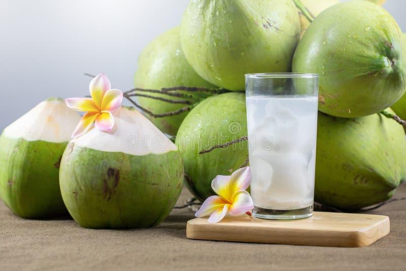 Frischer Kokossaft mit Fleisch und Kokosnüssen lizenzfreie stockfotos