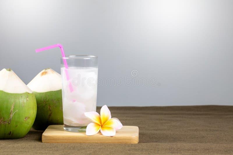 Frischer Kokossaft mit Fleisch und Kokosnüssen lizenzfreie stockfotografie