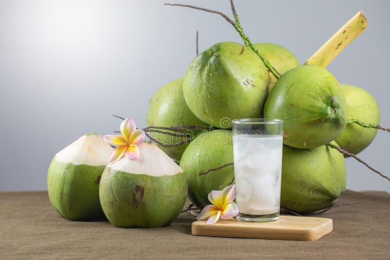 Frischer Kokossaft mit Fleisch und Kokosnüssen stockbilder