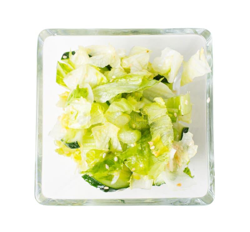 Frischer Kopfsalatsalat mit Gurken und indischem Sesam lizenzfreie stockfotos