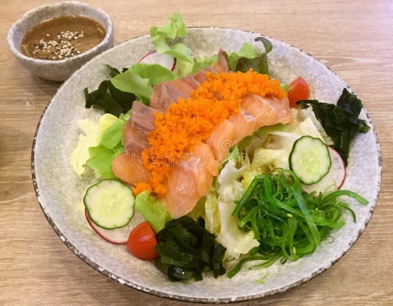Frischer Lachssalat meerespflanze Sashimi Japanische Nahrung stockfoto