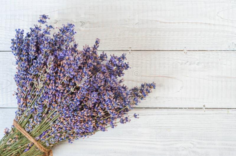 Frischer Lavendel blüht auf weißem hölzernem Tabellenhintergrund stockfotografie