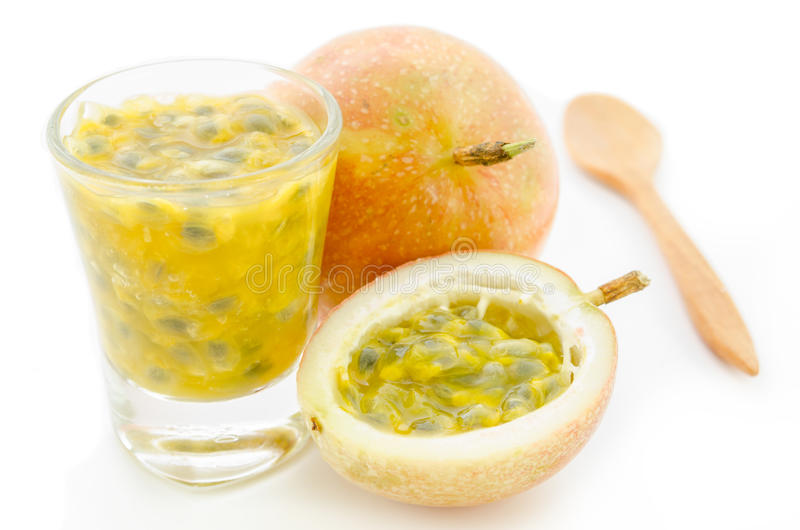 Frischer Maracujafruchtsaft mit Maracujas lizenzfreies stockbild