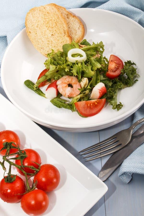 Frischer Meeresfruchtsalat, Geldstrafe, die mit gesundem Lebensmittel dinning ist stockbild