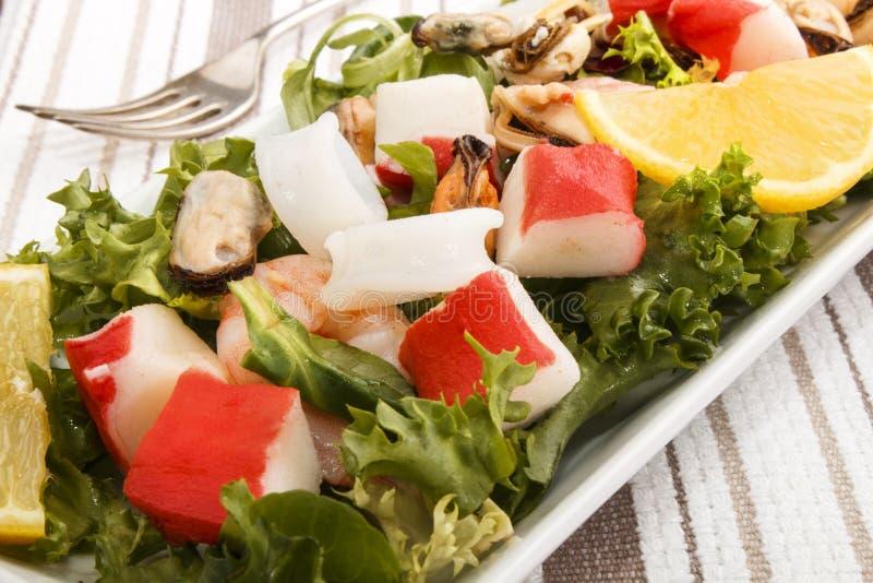 Frischer Meeresfruchtsalat, Geldstrafe, die mit gesundem Lebensmittel dinning ist stockbilder