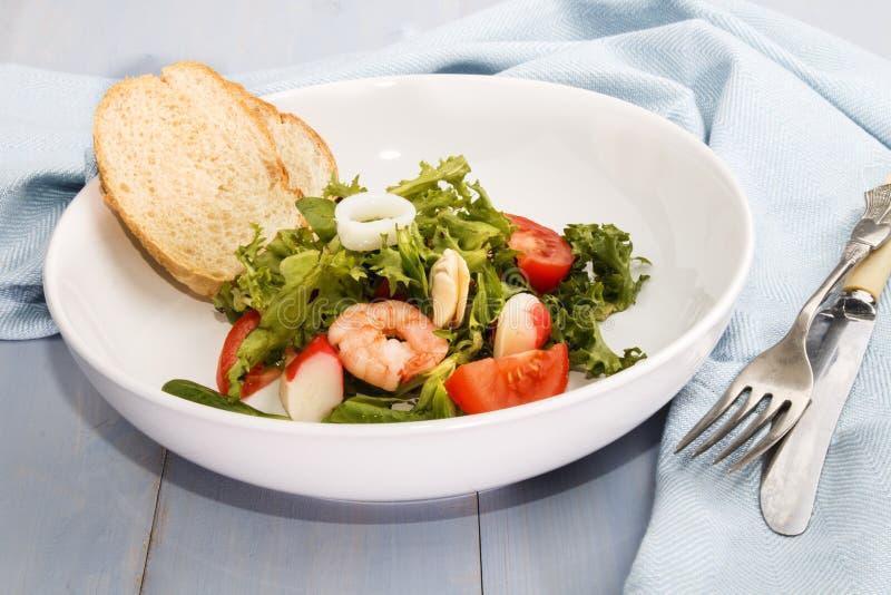Frischer Meeresfruchtsalat, Geldstrafe, die mit gesundem Lebensmittel dinning ist stockfotos