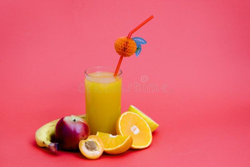 Frischer natürlicher Orangensaft und orange Früchte lizenzfreies stockbild