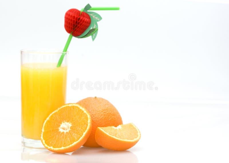 frischer natürlicher Orangensaft und orange Früchte lizenzfreie stockfotos