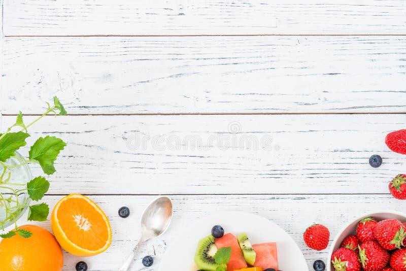 Frischer Obstsalat auf Holztisch Beschneidungspfad eingeschlossen lizenzfreie stockbilder