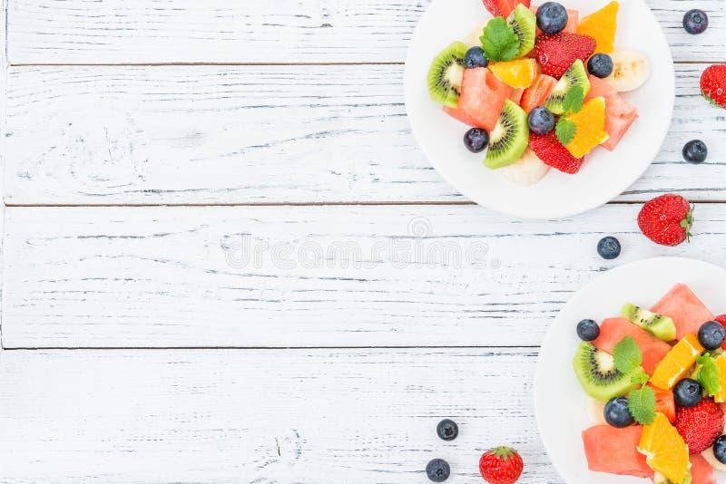 Frischer Obstsalat auf Holztisch Beschneidungspfad eingeschlossen stockfoto