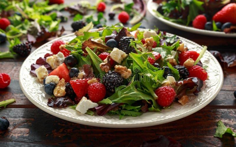 Frischer Obstsalat mit Blaubeere, Erdbeerhimbeere, Waln?ssen, Feta und gr?nem Gem?se Gesundes Sommerlebensmittel lizenzfreies stockbild