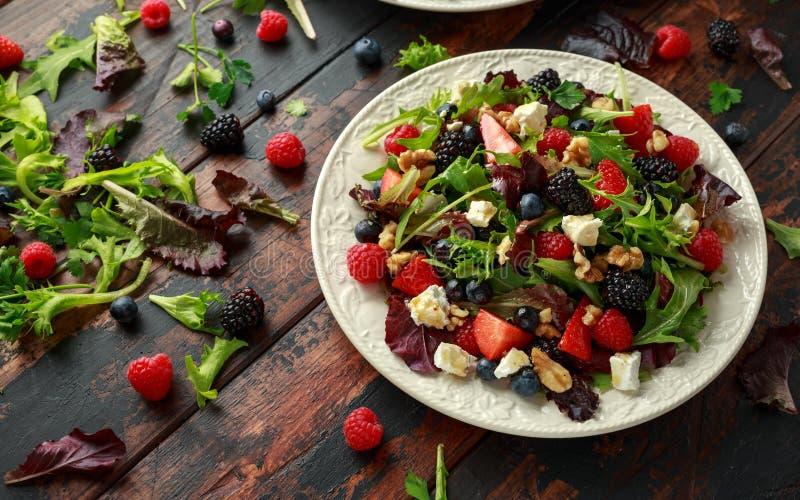 Frischer Obstsalat mit Blaubeere, Erdbeerhimbeere, Waln?ssen, Feta und gr?nem Gem?se Gesundes Sommerlebensmittel stockbilder