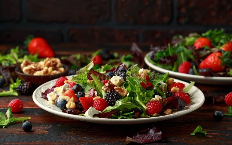 Frischer Obstsalat mit Blaubeere, Erdbeerhimbeere, Waln?ssen, Feta und gr?nem Gem?se Gesundes Sommerlebensmittel lizenzfreie stockbilder