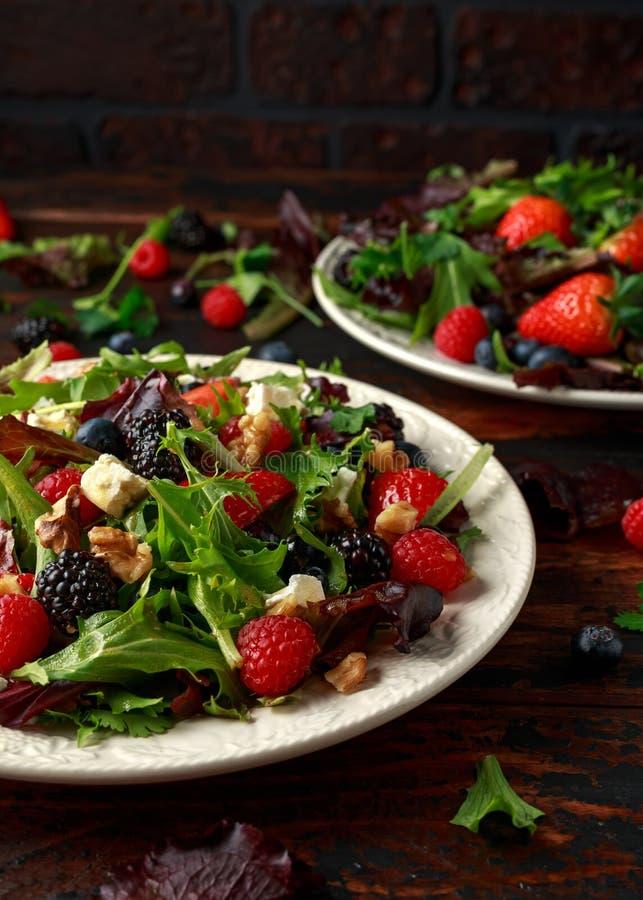 Frischer Obstsalat mit Blaubeere, Erdbeerhimbeere, Waln?ssen, Feta und gr?nem Gem?se Gesundes Sommerlebensmittel lizenzfreie stockfotografie