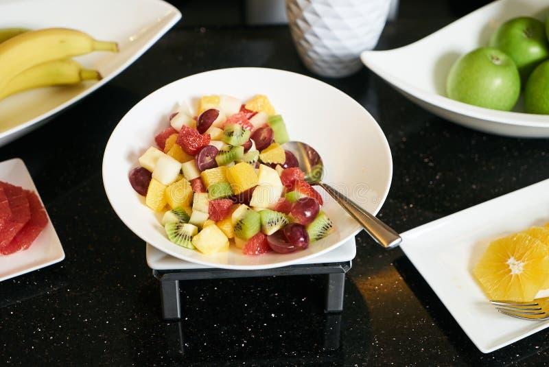 Frischer Obstsalat mit geschnittener Traube, Erdbeere, Kiwi, Melone und lizenzfreie stockfotos