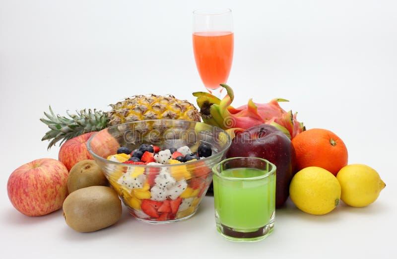 Frischer Obstsalat und Fruchtsaft stockfotografie