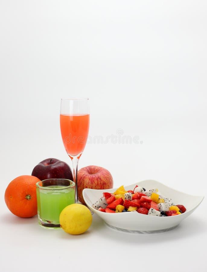 Frischer Obstsalat und Fruchtsaft lizenzfreie stockfotografie