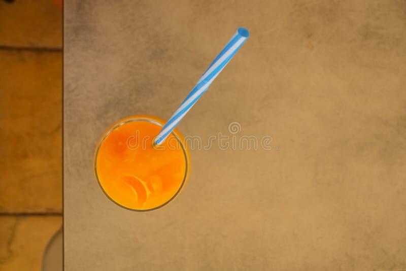 Frischer Orangensaft im Glas auf hölzernem Hintergrund Draufsicht des Orangensaftes Goldsommergetränk Gesundes Lebensstilkonzept stockfotografie