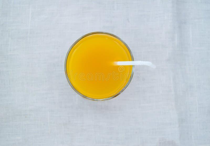Frischer Orangensaft im Glas mit Stroh, Draufsicht stockfotografie