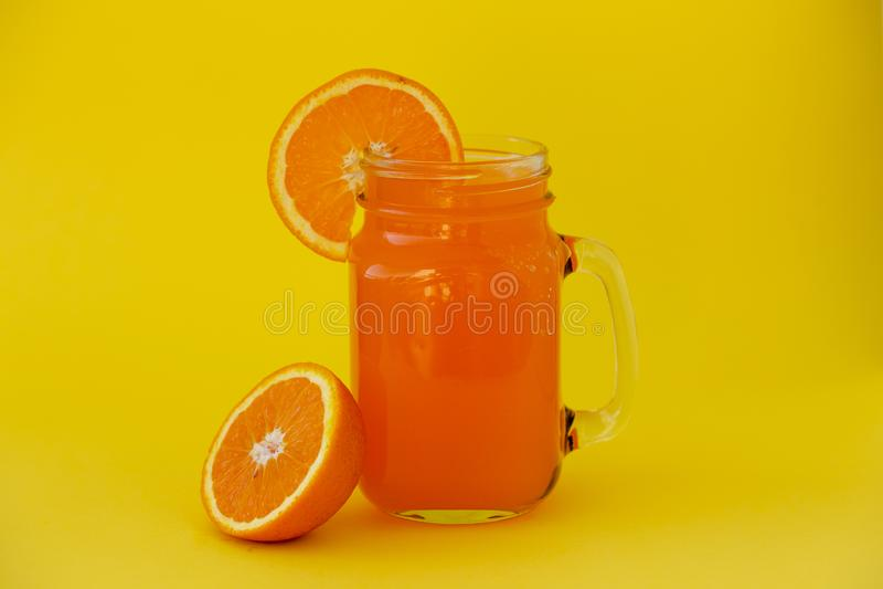 Frischer Orangensaft im Glasgefäß stockbild